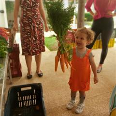 menina com cenouras