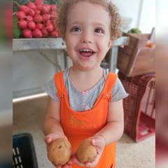 menina com batatas